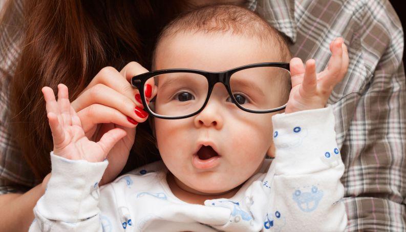 Criança coça os olhos - Ponto de Visão