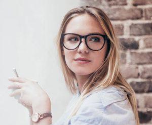 mulher de rosto oval usando óculos