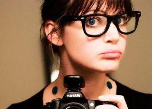 Mulher de rosto redondo com óculos