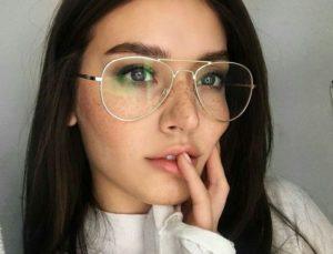 Mulher com rosto longo de óculos