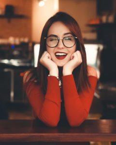 Mulher com óculos e batom vermelho