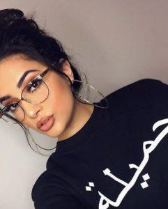 Mulher usando óculos