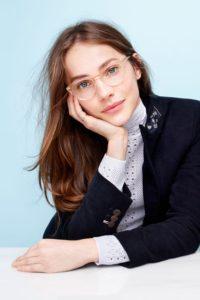 Mulher com óculos transparente