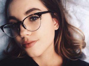 Mulher com rosto diamante com óculos