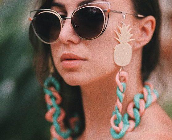 Imagem de mulher com óculos de sol e corrente para óculos