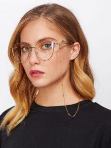 Imagem de mulher com óculos de grau com corrente de óculos fina