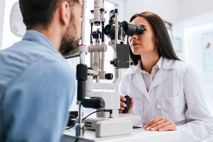 Imagem de um homem indo visitar uma oftalmologista