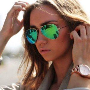 Imagem de mulher com óculos aviador espelhado