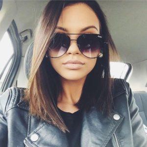 Imagem de mulher com óculos aviador degradê