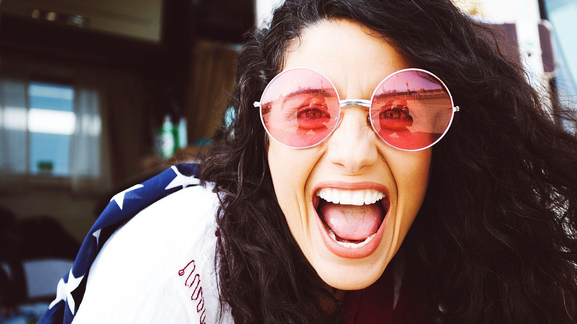 Imagem de menina com óculos de sol colorido