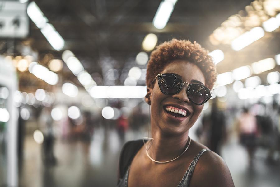 Imagem de uma mulher com óculos de sol