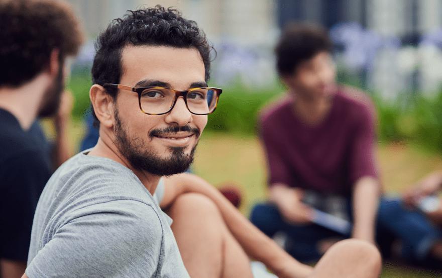 Imagem de um homem com óculos de lentes multifocais