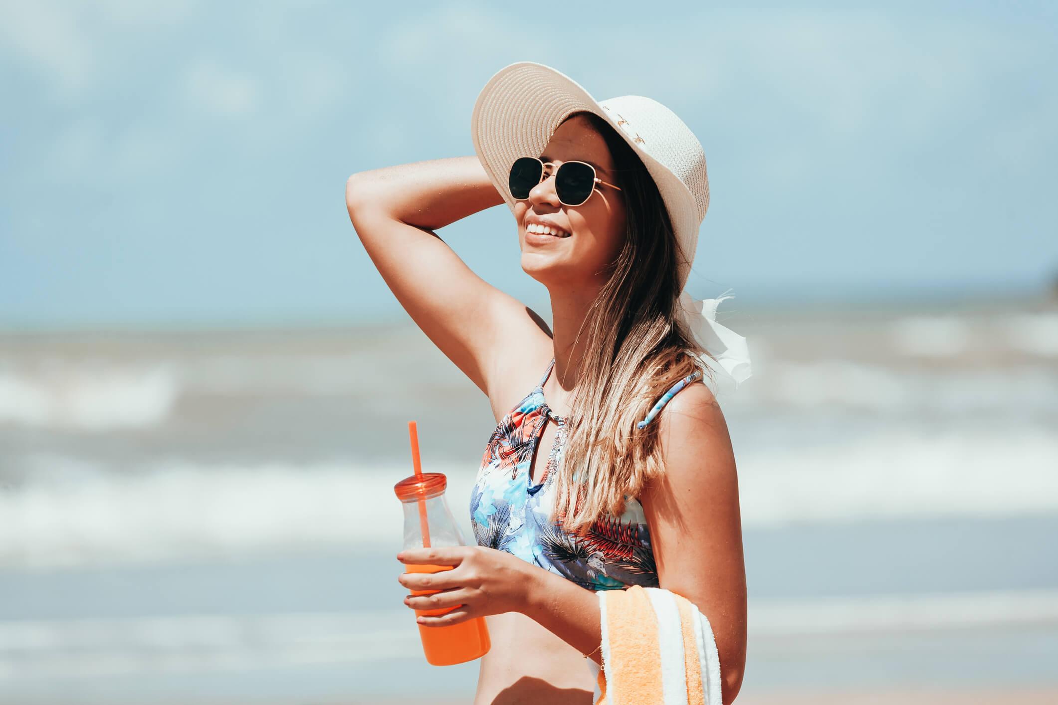 Imagem de mulher com óculos de sol com lentes polarizadas