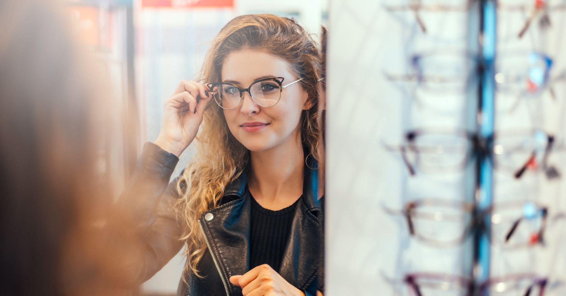Mulher experimentando óculos que combinam com a cor de cabelo