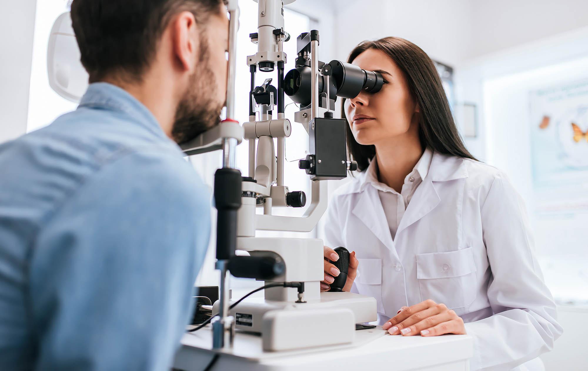 Imagem de homem fazendo exame nos olhos para ver se tem miopia