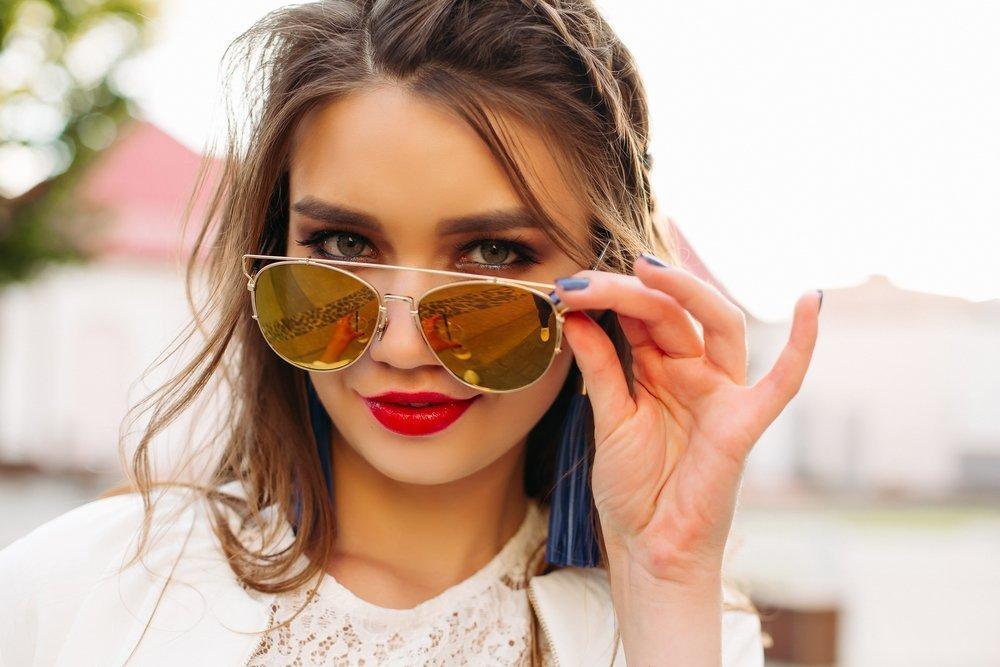 Imagem de menina usando um óculos de sol