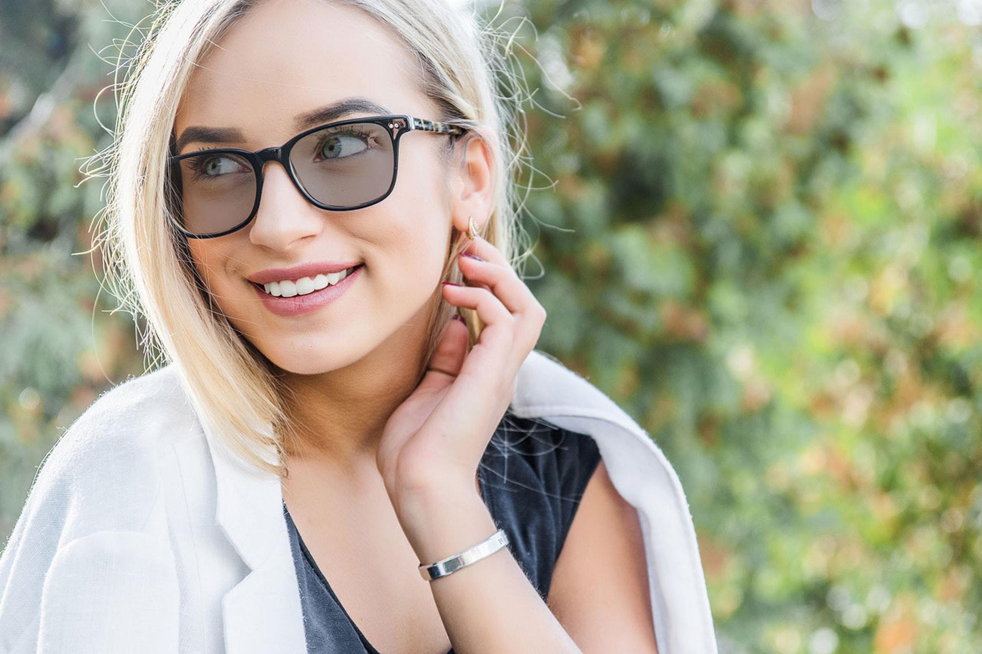 Imagem de mulher usando óculos escuros de acetato
