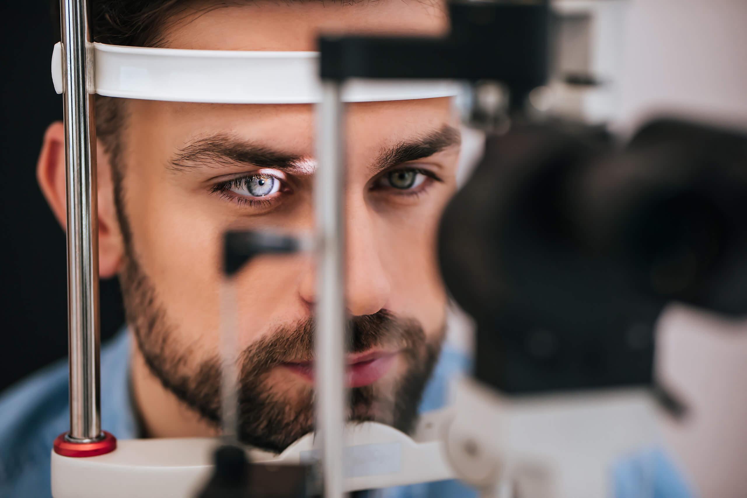 Imagem de homem fazendo exame de hipermetropia