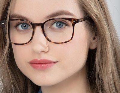 Imagem de mulher de rosto redondo usando óculos quadrado