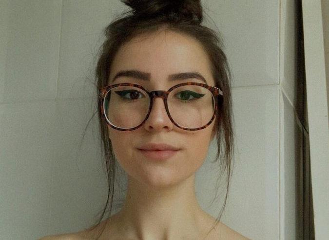 Imagem de mulher de rosto redondo com óculos alongado