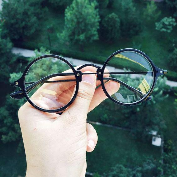 Imagem de um par de óculos arredondados