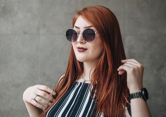 Imagem de uma mulher de rosto quadrado usando óculos