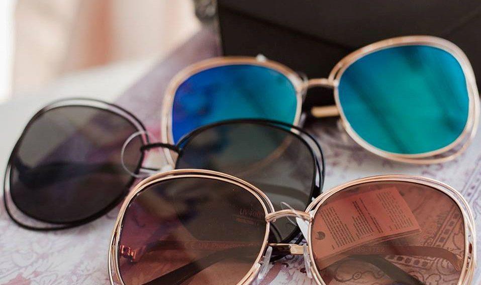 óculos de sol com cor de lente diferente