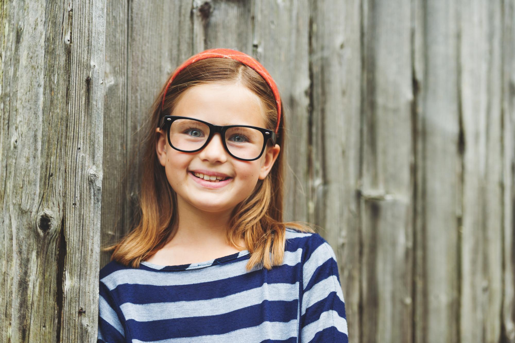 Imagem de menina usando óculos para criança