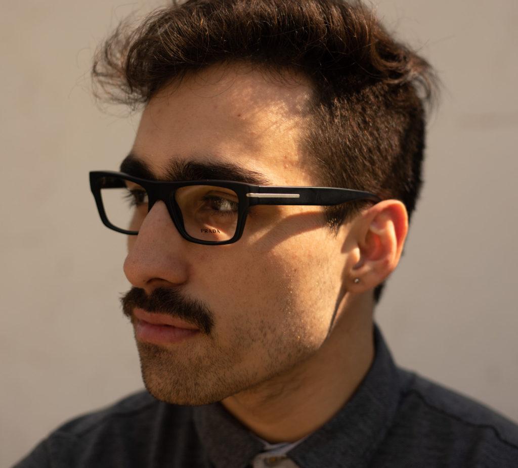 Imagem de homem usando óculos de grau